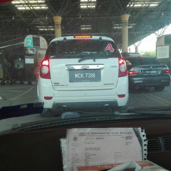 Photo taken at Bukit Kayu Hitam Immigration Complex by Khaynee L. on 7/3/2016