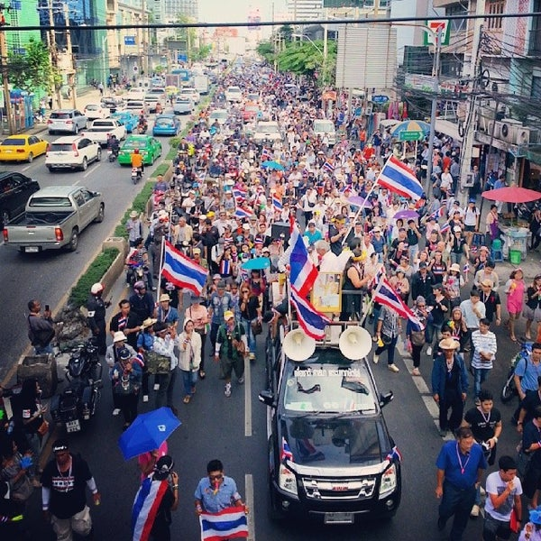 Photo taken at แยกอโศก-เพชรบุรี (Asok-Phetchaburi Intersection) by SaMbOyZ T. on 11/29/2013