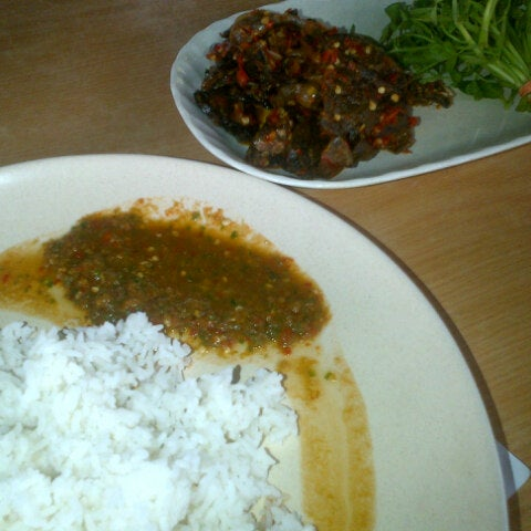 Photo taken at Restoran Sambal Hijau by Fairuz S. on 9/22/2012