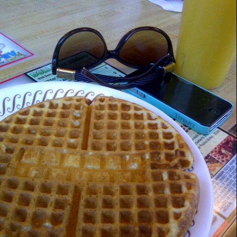 Photo taken at Waffle House by Fateem on 9/23/2012