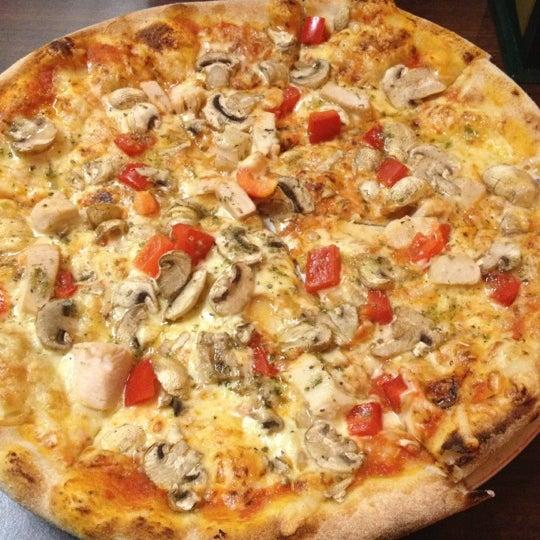 Photo taken at Pizzeria Metro by Jose Antonio C. on 12/10/2012