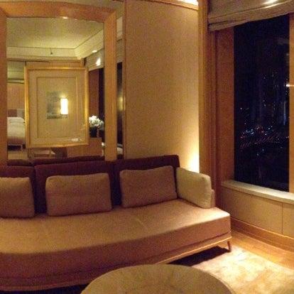 Photo taken at The Ritz-Carlton, Millenia Singapore by 살찐고양이 미. on 5/7/2013