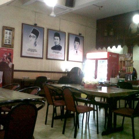 Photo taken at Restoran Pinang Sebatang by Izzaty K. on 12/19/2012