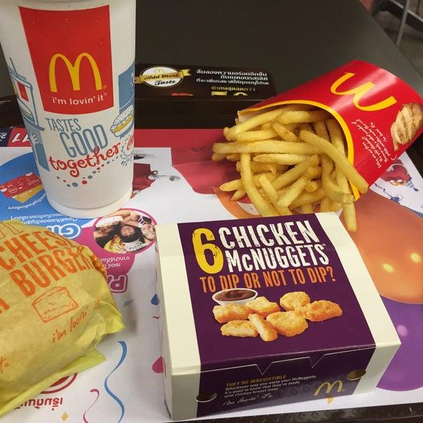 Photo taken at McDonald's (แมคโดนัลด์) by 💟Yee. M. on 10/13/2015