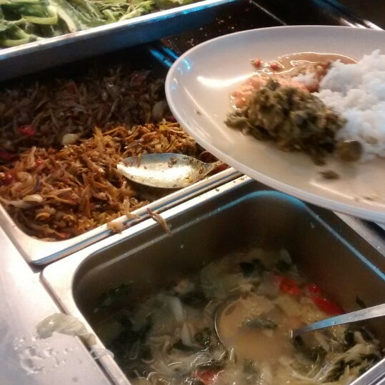 Photo taken at Restoran Sambal Hijau by Abe V. on 10/29/2014