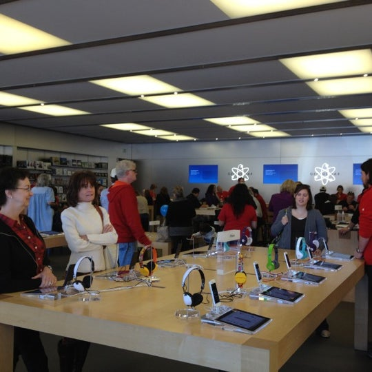 Photo taken at Apple Store by Cindy G. on 11/28/2012