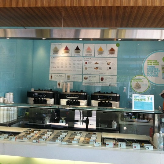 Photo taken at Pinkberry by Dedrick W. on 9/3/2011