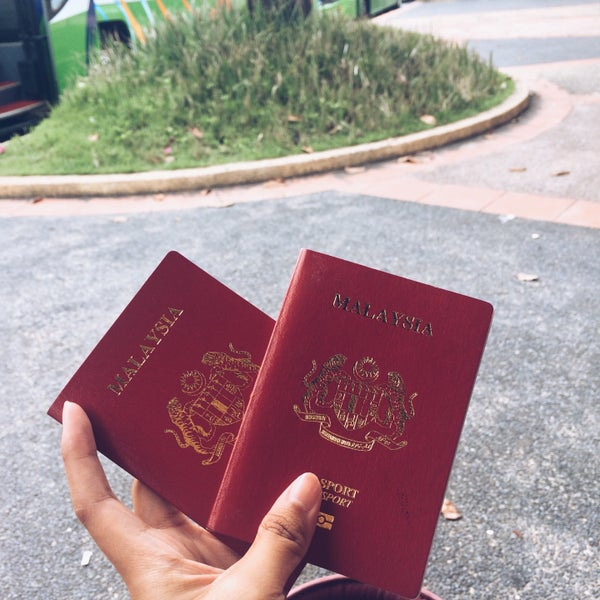 Photo taken at Bukit Kayu Hitam Immigration Complex by Sofea N. on 10/15/2015