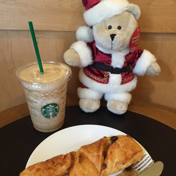 Photo taken at Starbucks (สตาร์บัคส์) by Pornpim on 12/7/2015