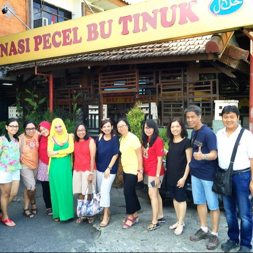 Photo taken at Nasi Pecel Bu Tinuk by Kristina E. on 9/20/2015