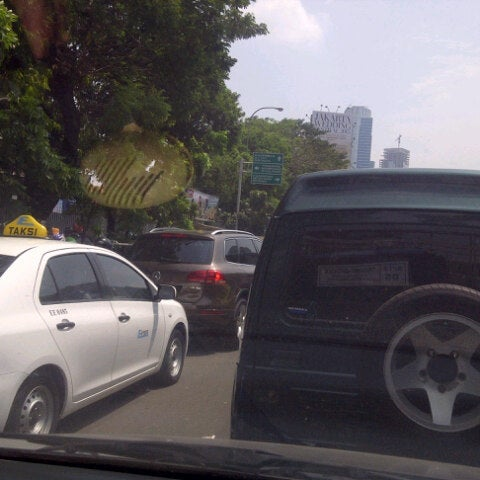 Photo taken at Perempatan Kuningan (Traffic Light) by S u t j i p t o on 8/10/2015