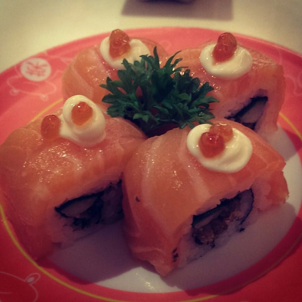 Photo taken at Sakae Sushi by MOTLEY G. on 10/31/2014