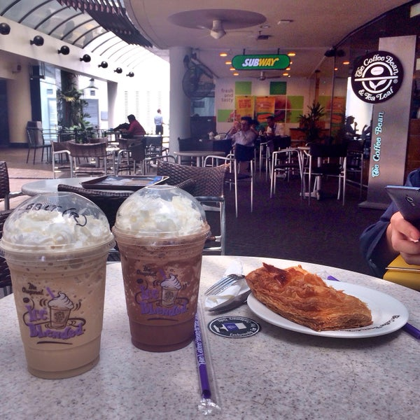 Photo taken at The Coffee Bean by Iuejan B. on 1/20/2015