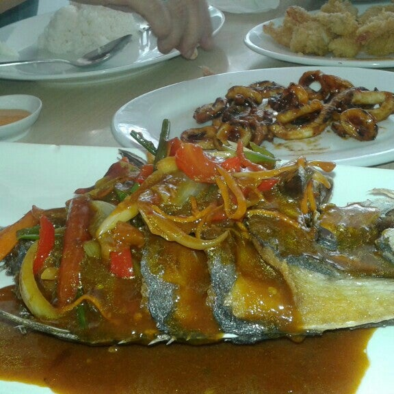 Photo taken at Rasane Seafood & Ikan Bakar by Hansen H. on 7/26/2015