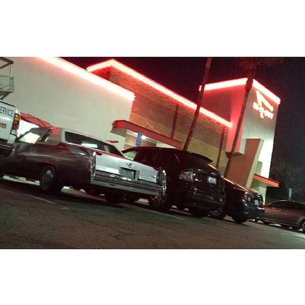 Photo taken at In-N-Out Burger by madMELO N. on 5/21/2013