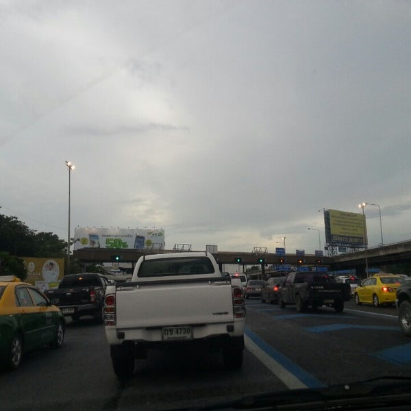 Photo taken at ด่านฯ ดาวคะนอง (Dao Khanong Toll Plaza) by Neung T. on 8/11/2013