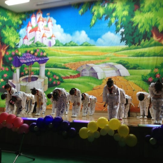 Photo taken at 성황초등학교 by Kyungbae Y. on 11/9/2012