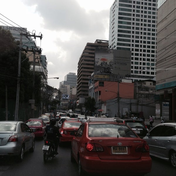 Photo taken at แยกอโศก-เพชรบุรี (Asok-Phetchaburi Intersection) by Prae G. on 2/7/2014