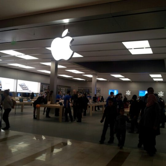 Photo taken at Apple Bellevue Square by ratish k. on 11/1/2012