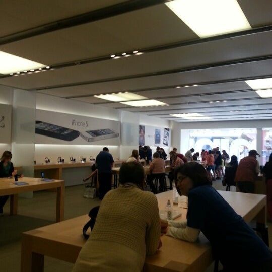 Photo taken at Apple Store, La Cantera by Rachel B. on 3/14/2013