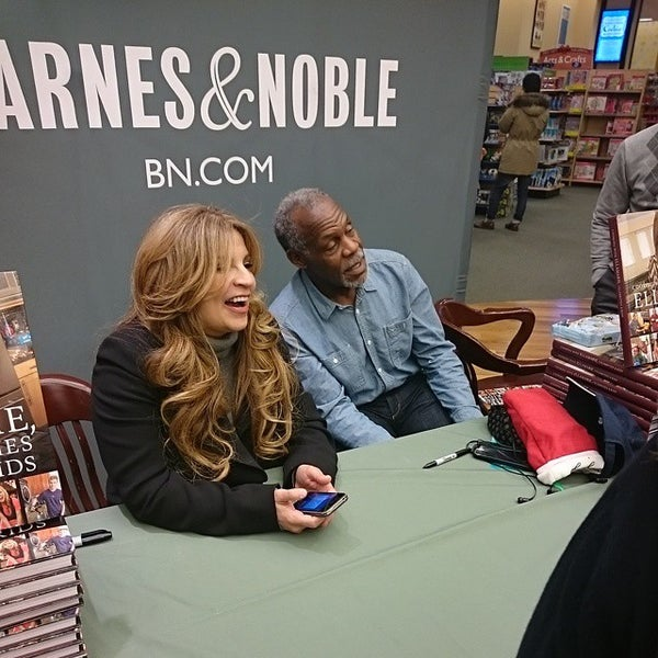 Photo taken at Barnes & Noble by Dondi H. on 12/20/2014
