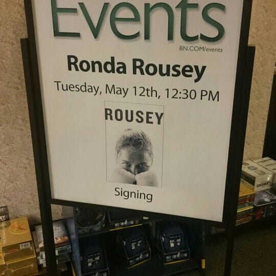 Photo taken at Barnes & Noble by Dondi H. on 5/12/2015