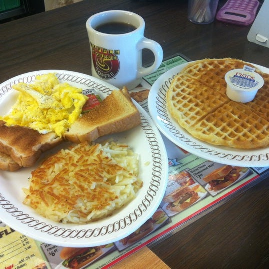 Photo taken at Waffle House by يسوى Y. on 8/22/2012
