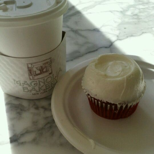 Photo taken at Magnolia Bakery by CHOO Y. on 1/24/2012