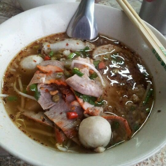 Photo taken at ก๋วยเตี๋ยว ลุงยวง by Kong M. on 1/16/2012