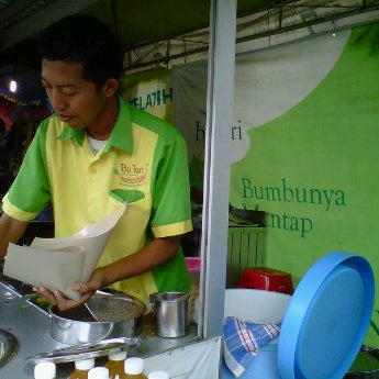 Photo taken at Nasi pecel bu Tari HCOS nginden by Kusuma D. on 11/10/2011