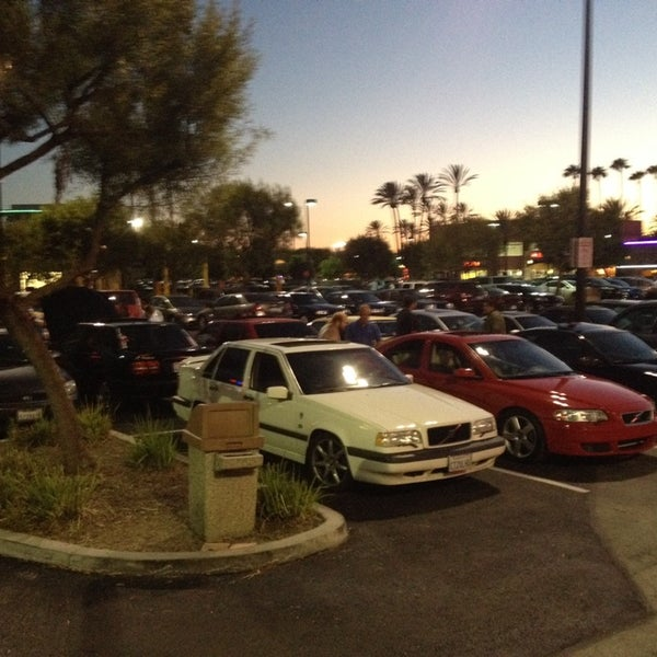 Photo taken at In-N-Out Burger by Rob Z. on 9/21/2014