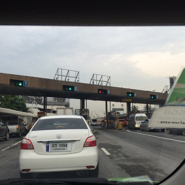 Photo taken at ด่านฯ ดาวคะนอง (Dao Khanong Toll Plaza) by Paraphat B. on 10/22/2015