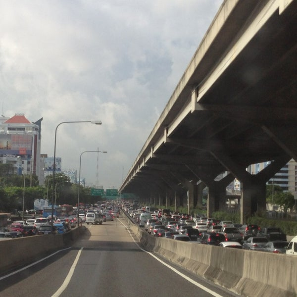 Photo taken at แยกสุทธิสาร (Sutthisan Intersection) by YoNgYeE on 8/5/2013