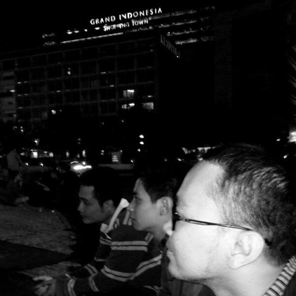 Photo taken at Bundaran Hotel Indonesia (Monumen Selamat Datang) by Agus C. on 12/21/2012