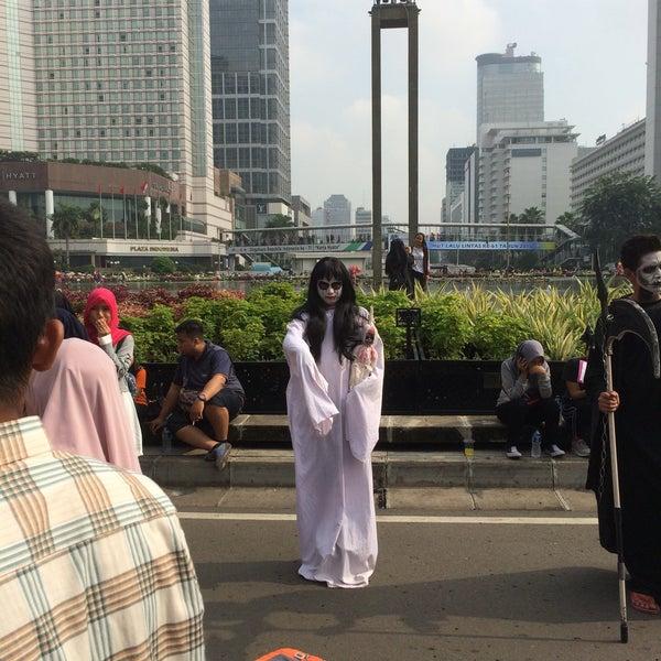 Photo taken at Bundaran Hotel Indonesia (Monumen Selamat Datang) by Syafiq R. on 9/18/2016