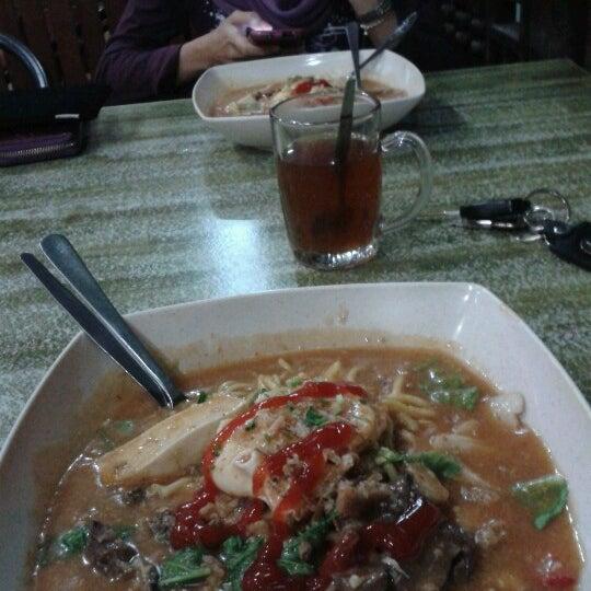 Photo taken at Restoran Pinang Sebatang by Azlan on 2/18/2013