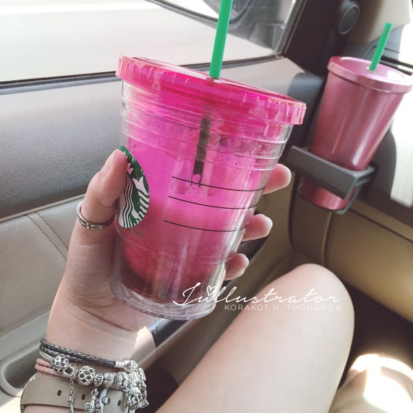 Photo taken at Starbucks by Júllustrator on 6/11/2016