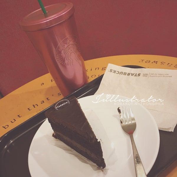 Photo taken at Starbucks by Júllustrator on 5/10/2016