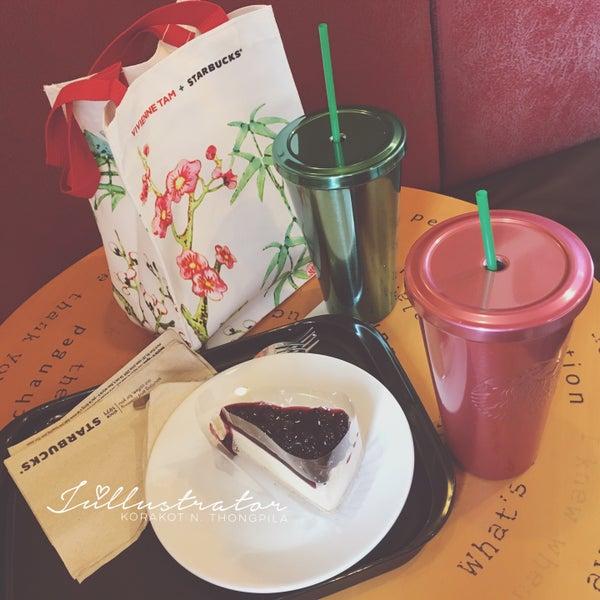 Photo taken at Starbucks by Júllustrator on 7/7/2016