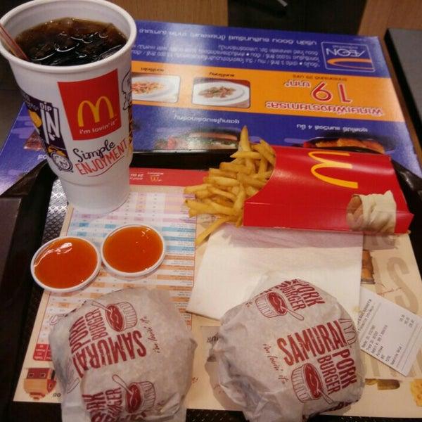 Photo taken at McDonald's (แมคโดนัลด์) by Rachot S. on 5/28/2015