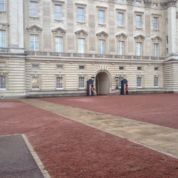 Buckingham palace gate monument landmark in green park