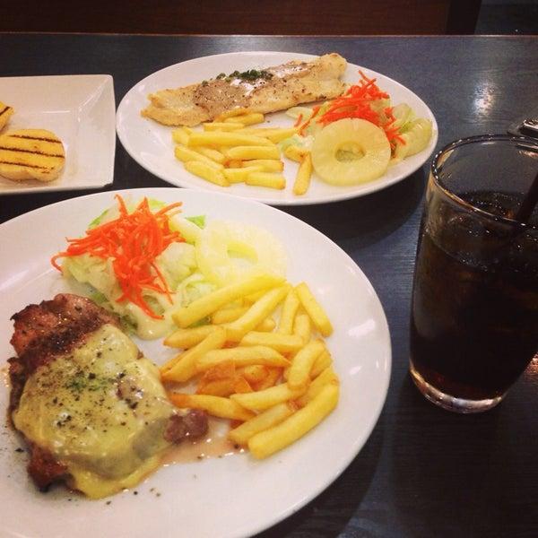 Photo taken at Santa Fé Steak (ซานตา เฟ่ สเต็ก) by 💃 ..ไหมแพร ว. on 5/31/2014