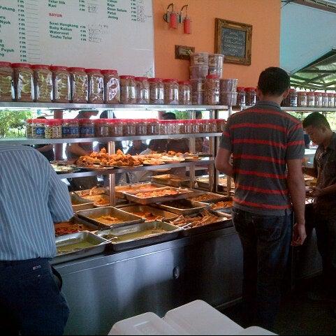 Photo taken at Restoran Sambal Hijau by M Kamil A. on 9/4/2012