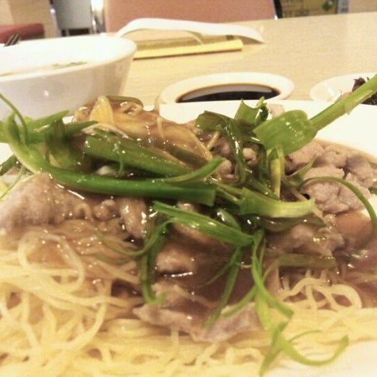 Photo taken at Crystal Jade Kitchen 翡翠小厨 by Khanh D. on 3/28/2012