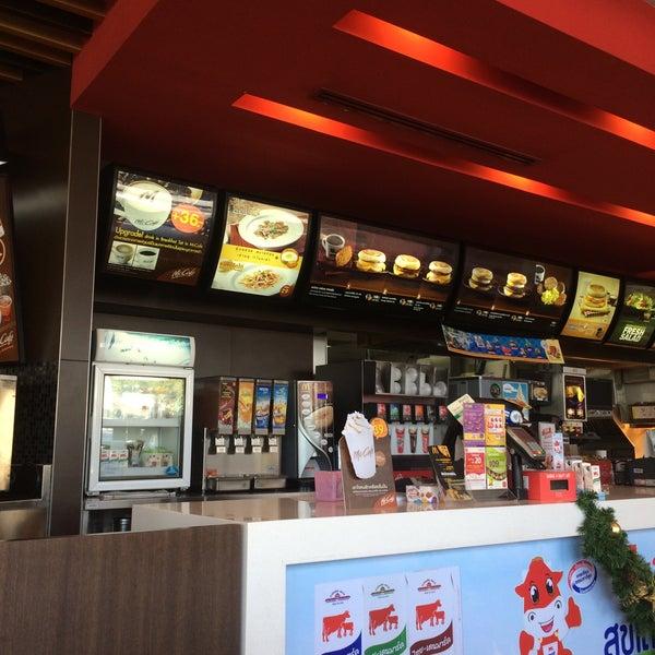 Photo taken at McDonald's by Bëst_Aöffÿ on 12/9/2015