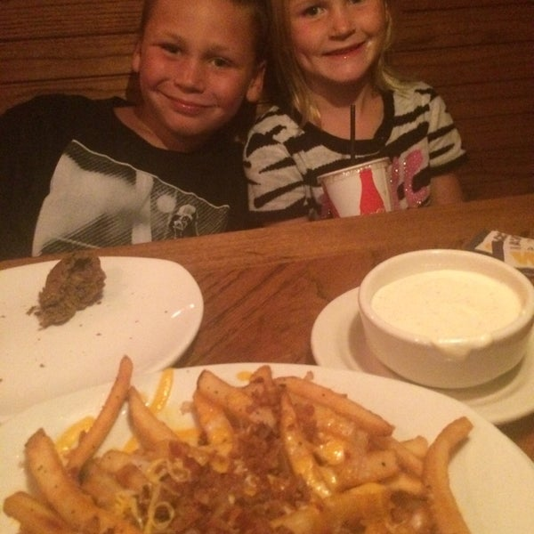 Photo taken at Outback Steakhouse by Michelle K. on 8/24/2014