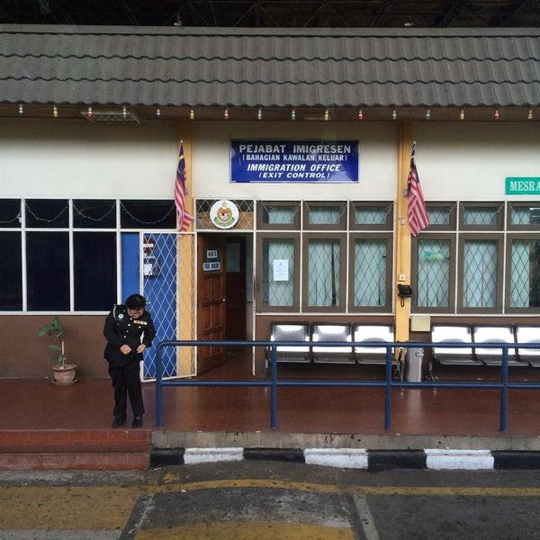Photo taken at Bukit Kayu Hitam Immigration Complex by ieqa z. on 7/18/2015