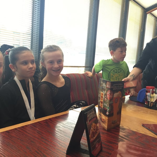 Photo taken at Red Robin Gourmet Burgers by E T. on 3/14/2015