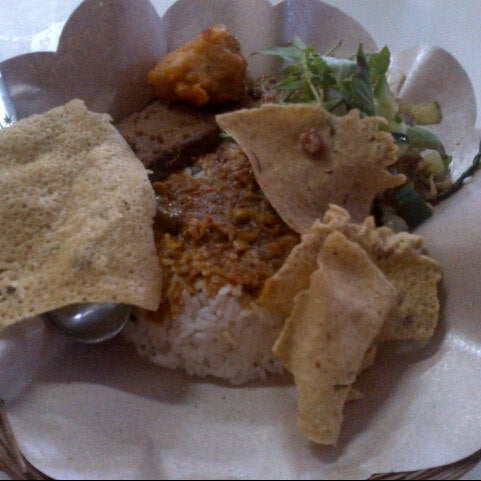 Photo taken at Nasi Pecel Bu Tinuk by descaa on 1/8/2014