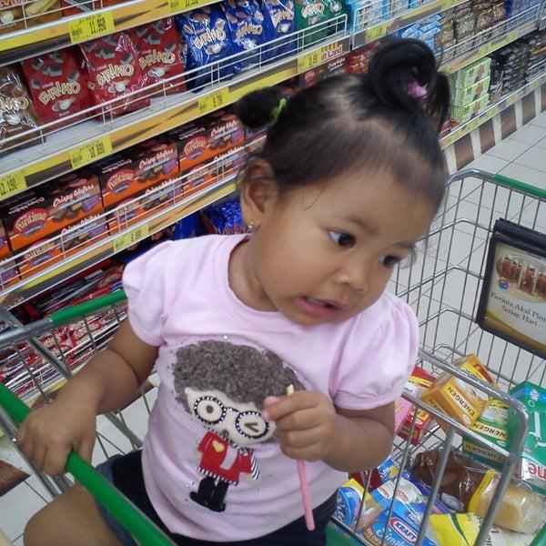 Photo taken at Giant Hypermarket by Budiansyah on 5/25/2013